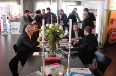 Aan de leestafel was men druk aan het netwerken