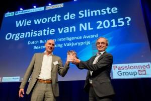 Daan van Beek overhandigt de Dutch BI Award 2015 aan Martin Smeekes