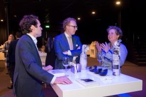 Carl Hörchner (l), Rens de Jong (m) en Marleen Hörchner (r) in gesprek...